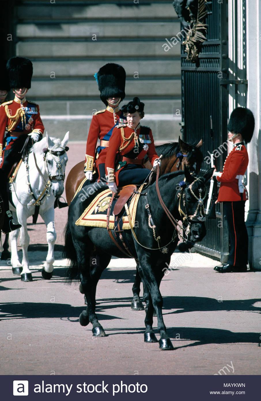 Ihre Majestät, Königin Elisabeth II. in voller Uniform zu Pferd mit den wachen Regiment bei Start in die Farbe. Juni 1986. Stockbild