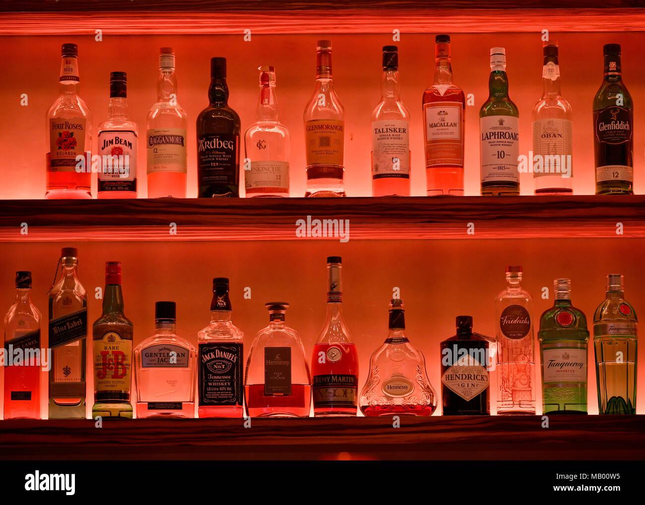 verschiedene whisky flaschen im regal einer bar. Black Bedroom Furniture Sets. Home Design Ideas