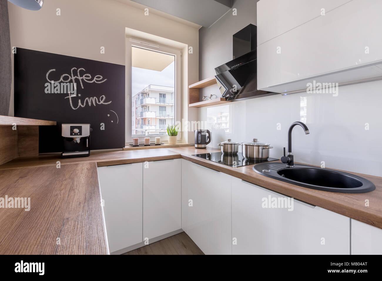 Küche mit Holz- Arbeitsplatte, des Schwarzen Brettes und der weißen ...