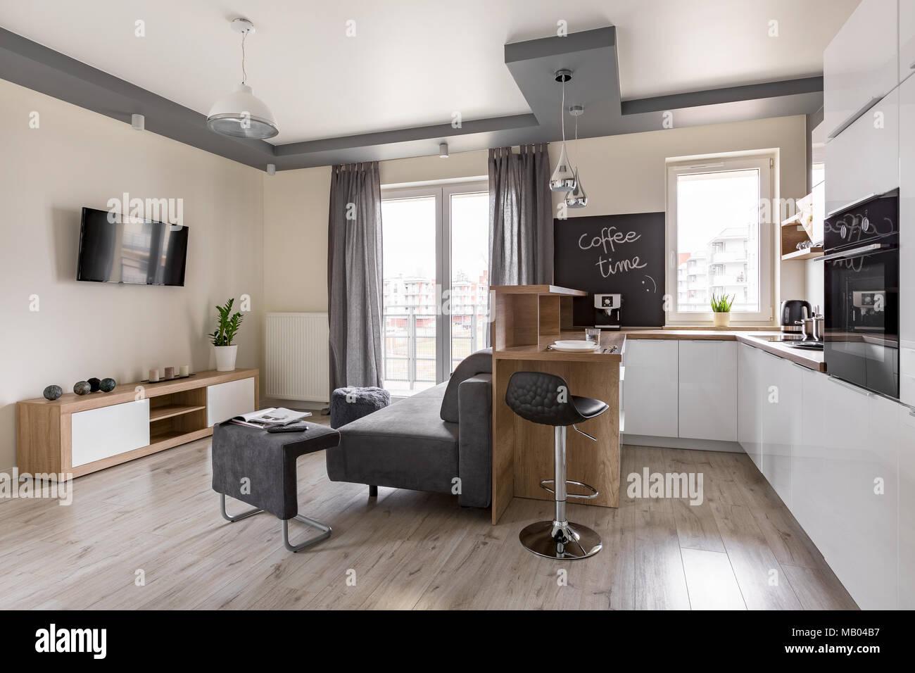 Funktionale Home Interior mit offener Küche und tv ...
