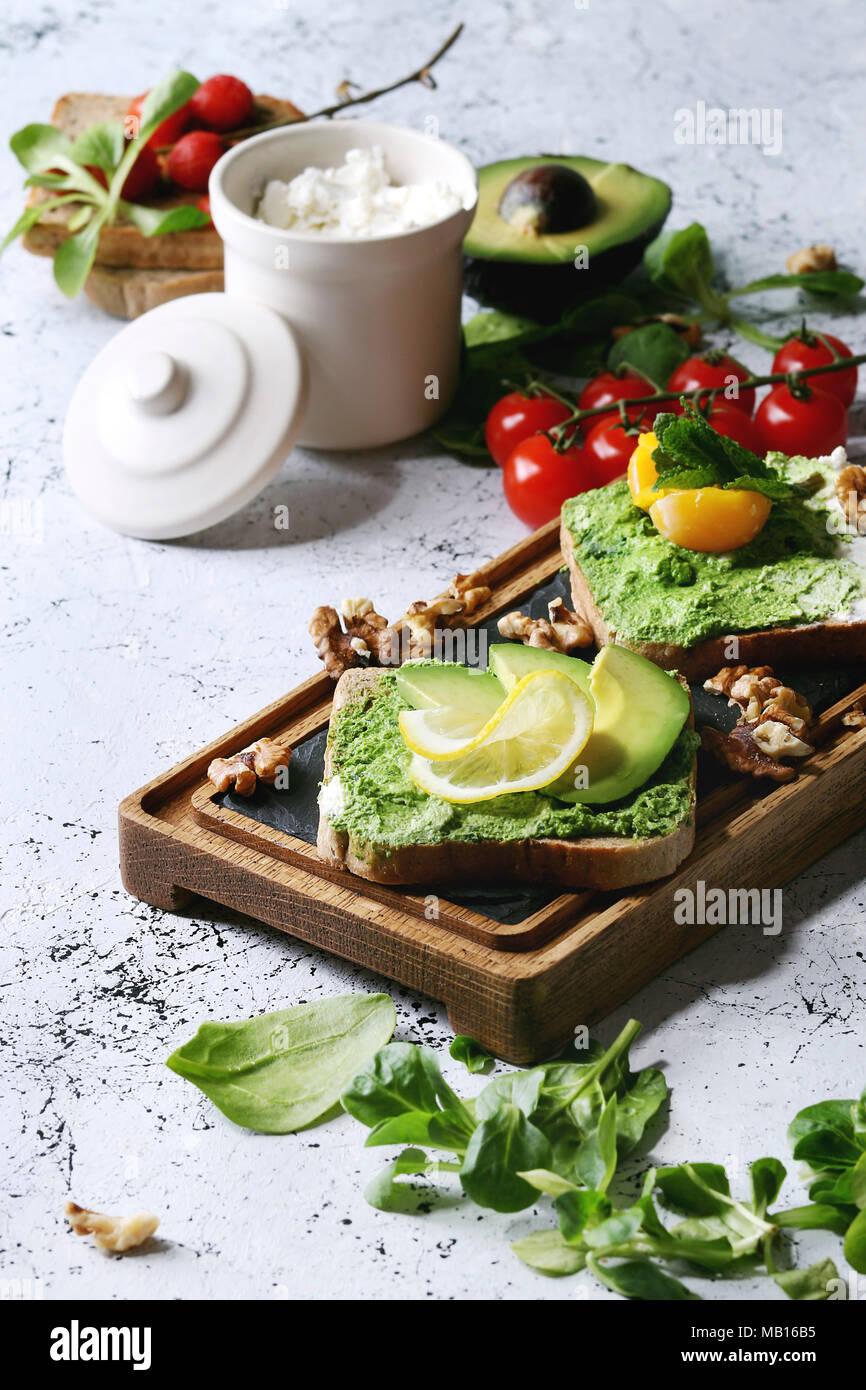 vegetarische sandwiches mit avocado ricotta eigelb spinat tomaten auf vollkorn toast brot. Black Bedroom Furniture Sets. Home Design Ideas