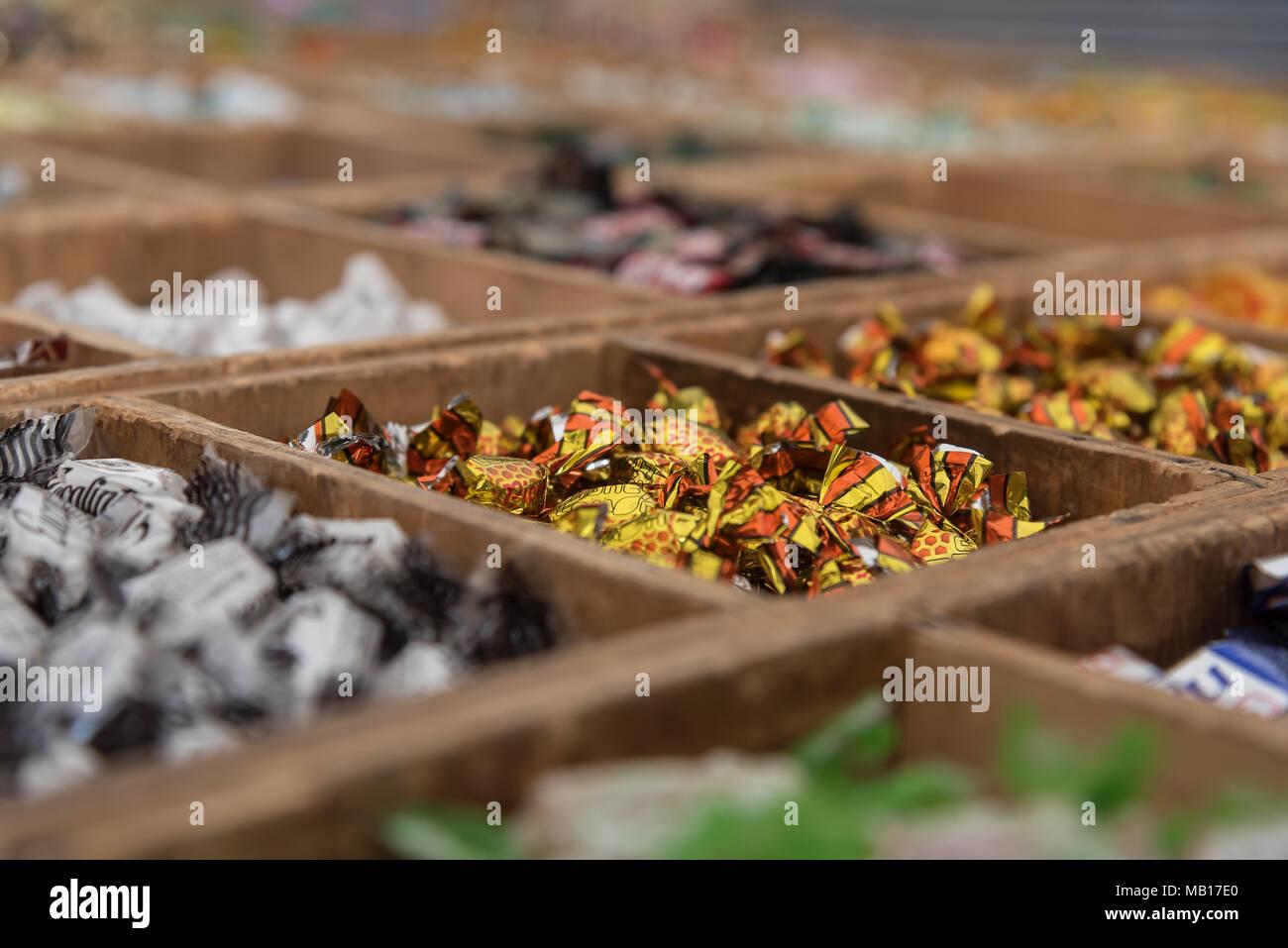 Leckere Bonbons in Holzkisten mit dem Markt von Palma de Mallorca Stockbild