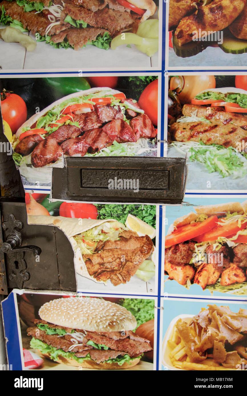 Tür Möbel einschließlich letterbox Detail mit Fast-food-Hintergrund, Cambridgeshire, England, Vereinigtes Königreich Stockbild