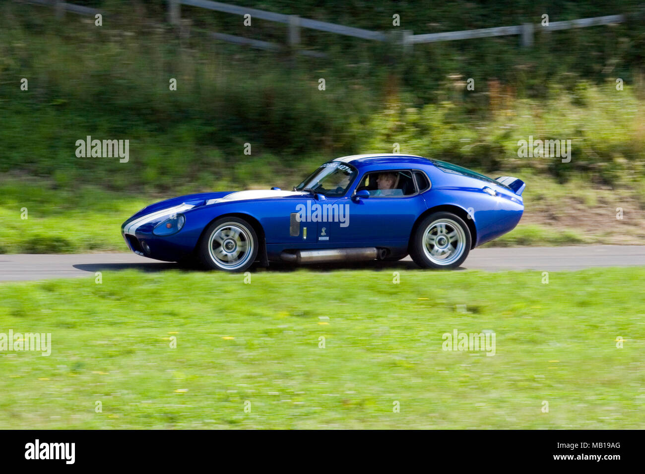 """Blau Shelby Daytona Coupé 427 Classic und Seltene amerikanische Sportwagen """"schnelles Fahren im Profil (Seitenansicht). Stockbild"""
