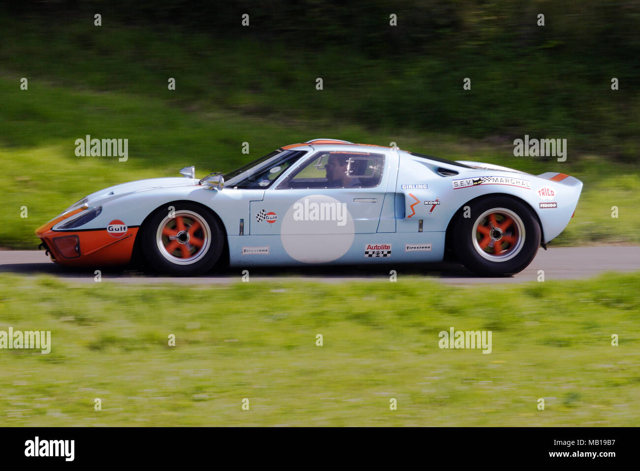"""Gulf Farben Ford GT 40 GT 40 klassische Vintage Racing Car """"schnelles Fahren im Profil (Seitenansicht). Stockbild"""