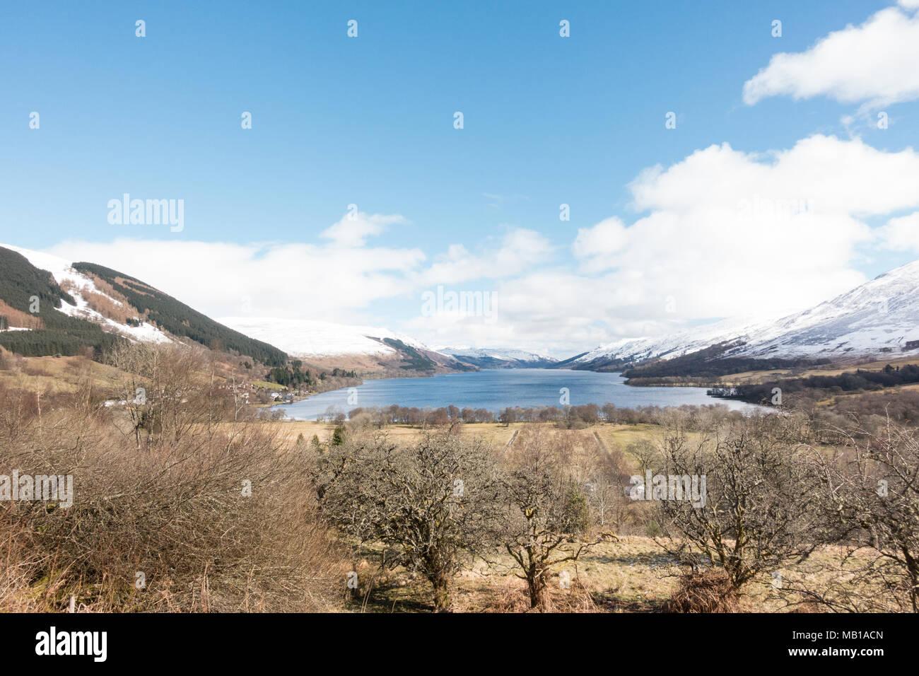 Loch Landschaft verdienen nach einem frühen Frühjahr Schneefall, mit Lochearnhead Dorf am westlichen Ende - Blick von der Rob Roy Weg, Pfad, Schottland, UK Stockbild