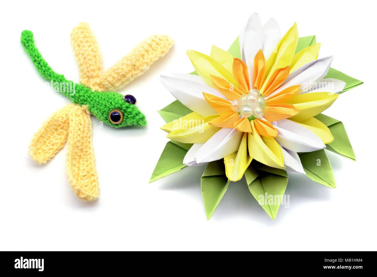 Häkeln Libelle Und Seerose Aus Papier Origami Auf Weißem Hintergrund