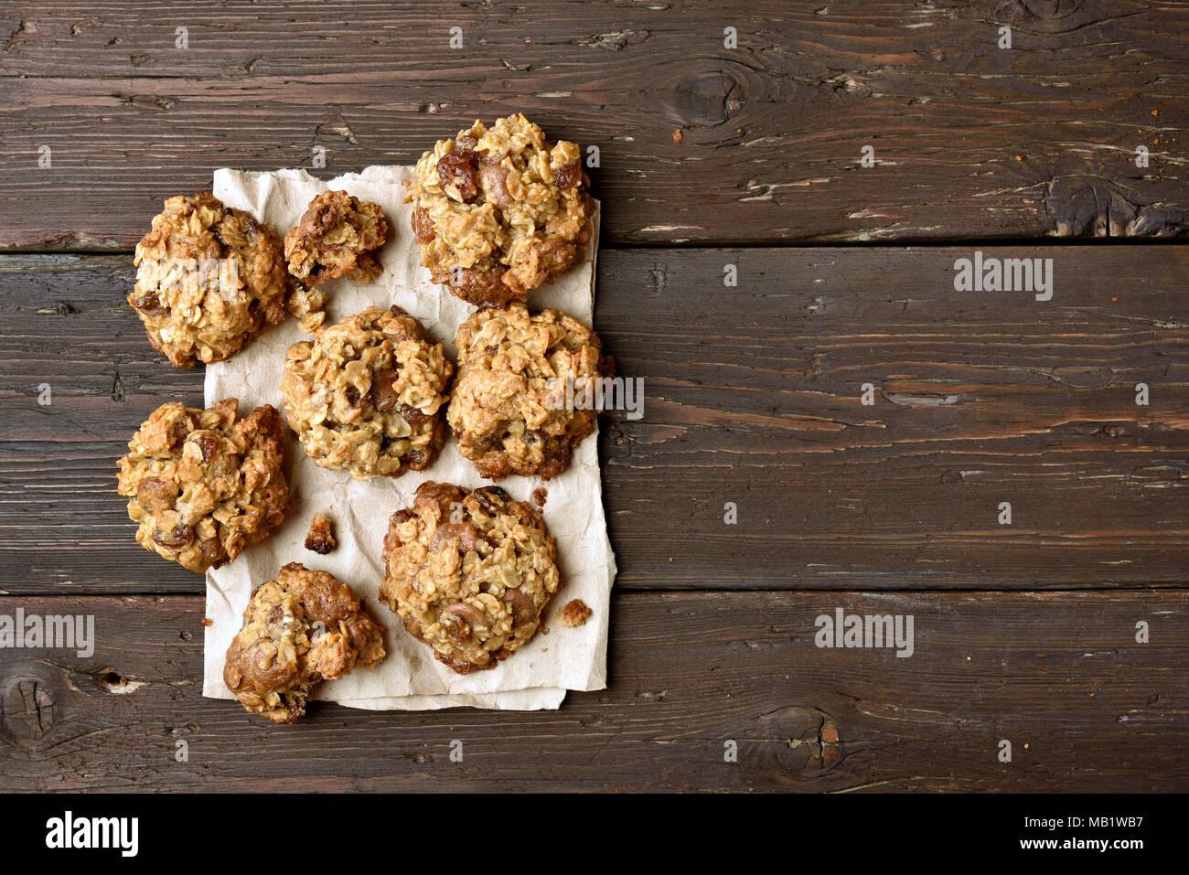 Gesunde Hafer Cookies auf Papier über Holz- Hintergrund mit Kopie Raum, Ansicht von oben Stockbild