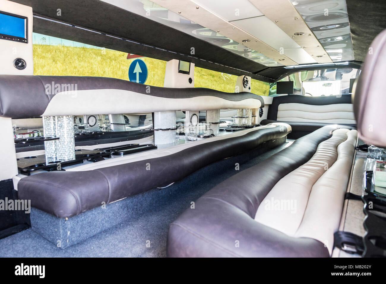 august 2017 luxurise interieur einer limousine der marke hummer mit einer obligatorischen richtung verkehrsschild in palermo sizilien es