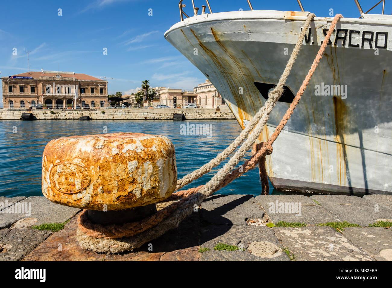 Kai der Hafen von Syrakus in Ortigia, Sizilien, Italien. Stockbild