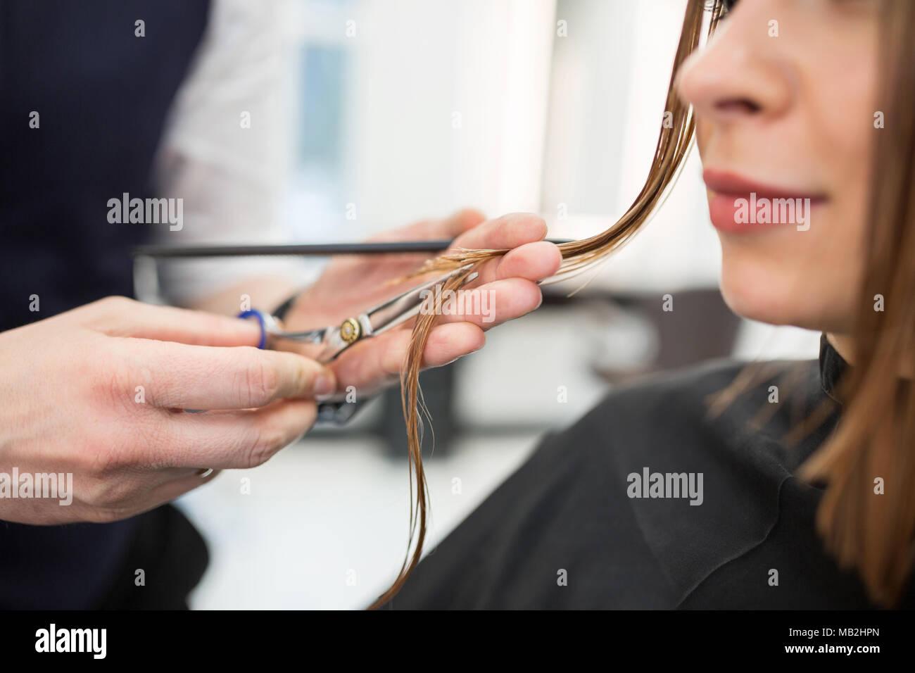 7/8-Portrait von froh, Frau, Haare schneiden bei Friseur Stockbild