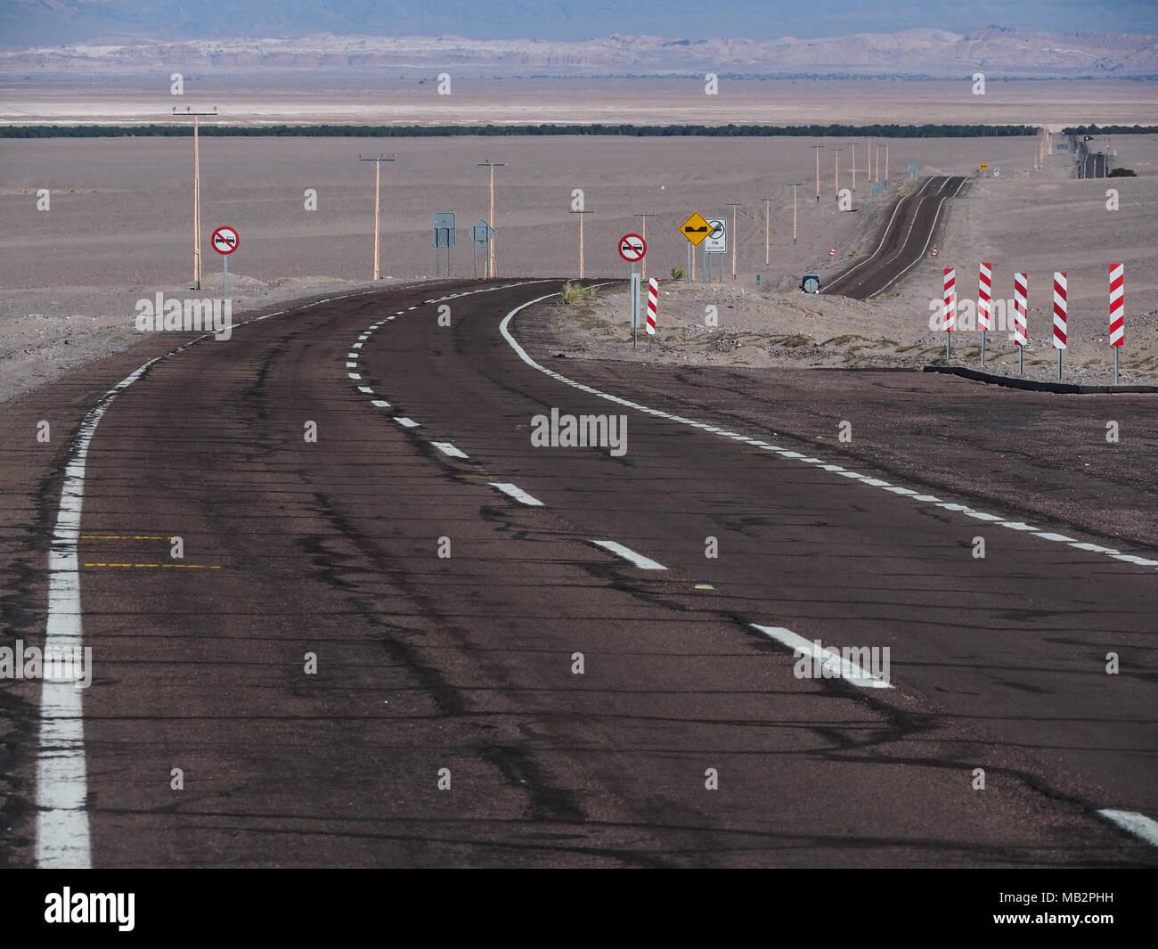 Weg mit vielen Verkehrszeichen in der Nähe von San Pedro de Atacama, Chile, Südamerika Stockbild