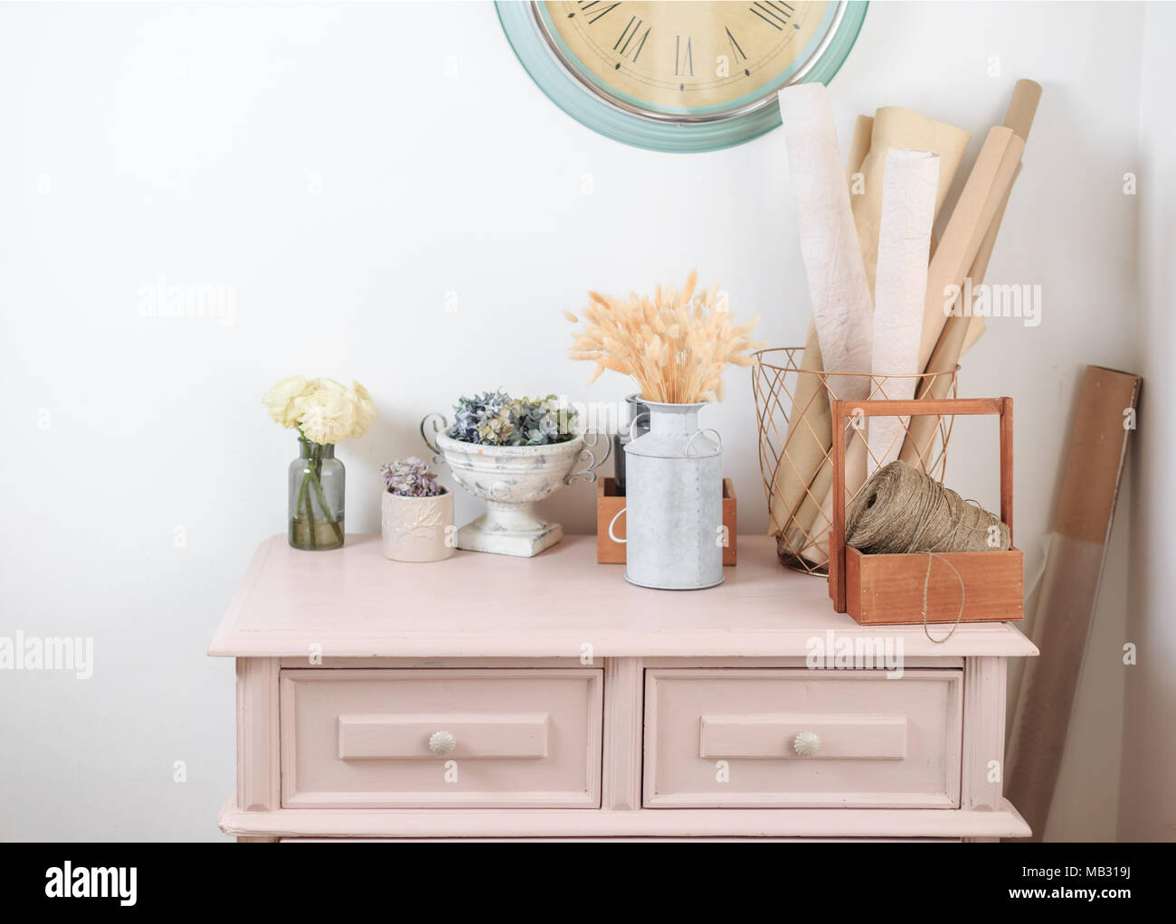 Holz Vintage Pink Kommode Dekoration In Den Blumenladen Stockfoto