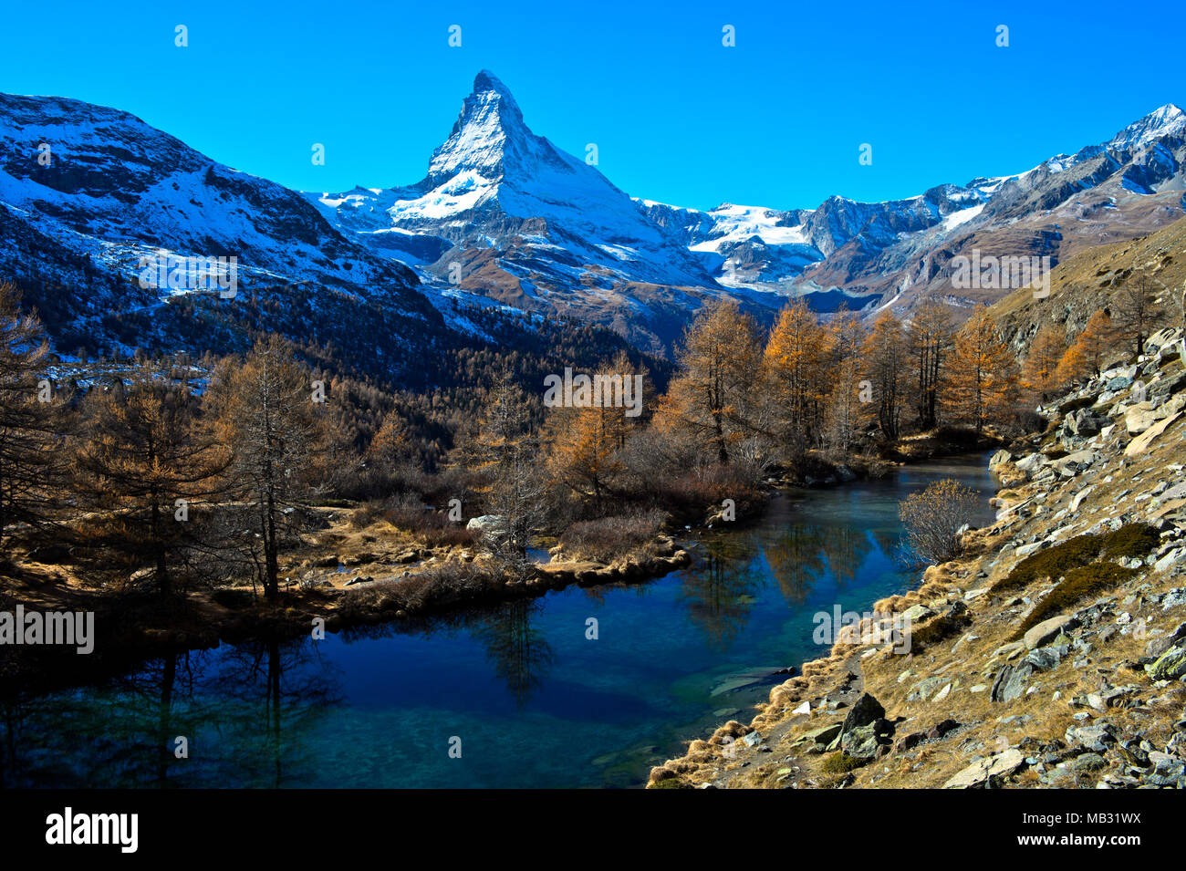 See Grindjesee im Herbst, mit Blick auf die schneebedeckte Matterhorn, Zermatt, Wallis, Schweiz Stockbild