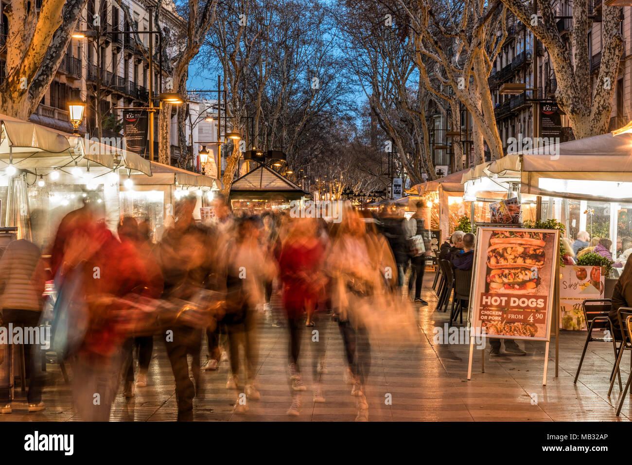 Touristen flanieren entlang der weltweit berühmten Rambla Fußgängerzone, Barcelona, Katalonien, Spanien Stockbild