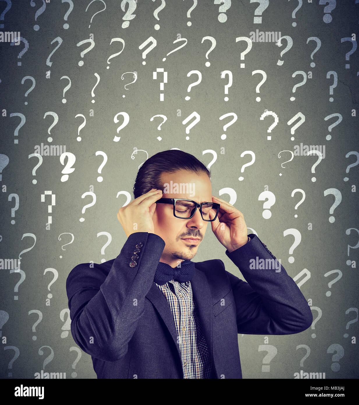Betonte überfordert junge Mann hat zu viele Fragen und keine Antwort Stockbild