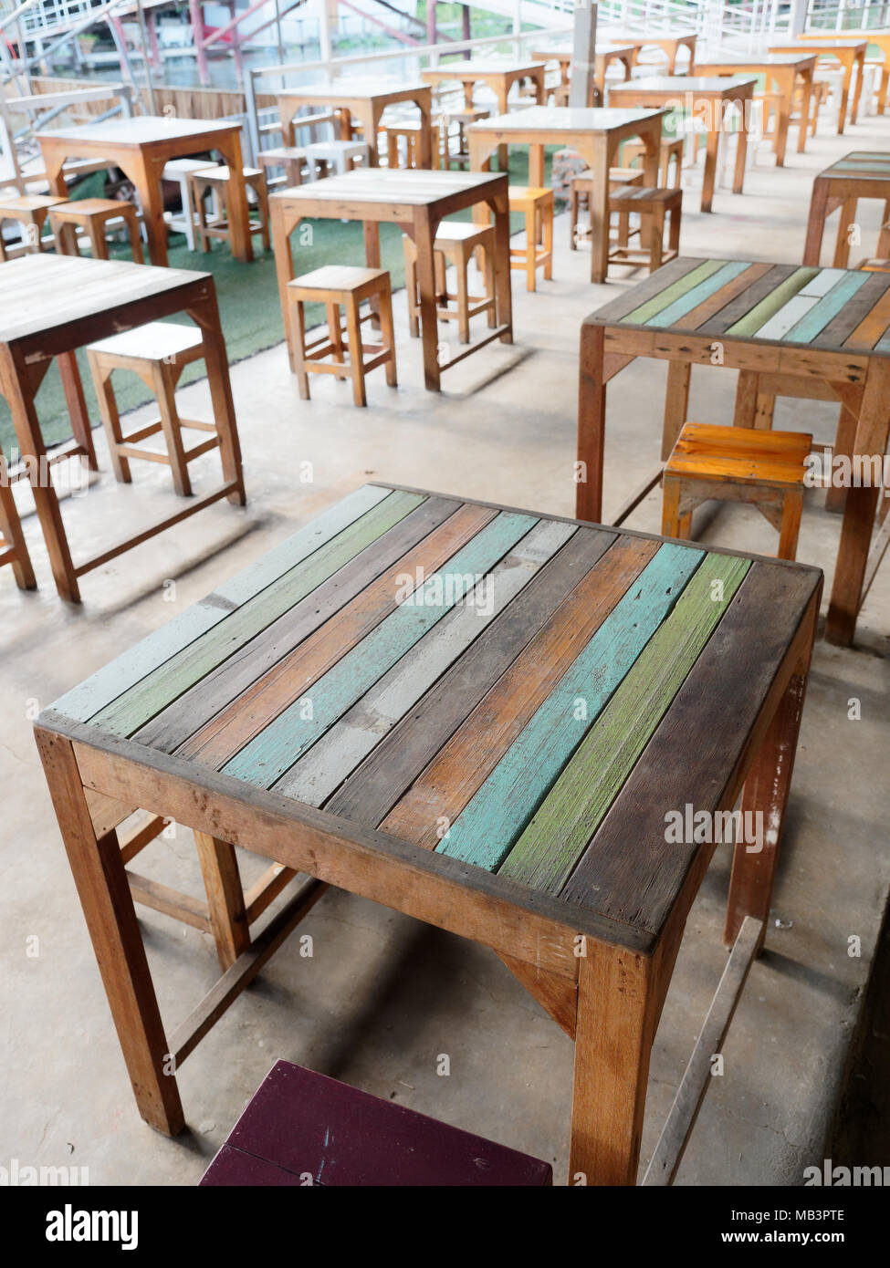 Zeile Aus Holz Bunt Weiss Grun Blau Und Braun Tische Und Stuhle Aus Einem Cafe Oder Restaurant In Vintage Oder Retro Stil Stockfotografie Alamy