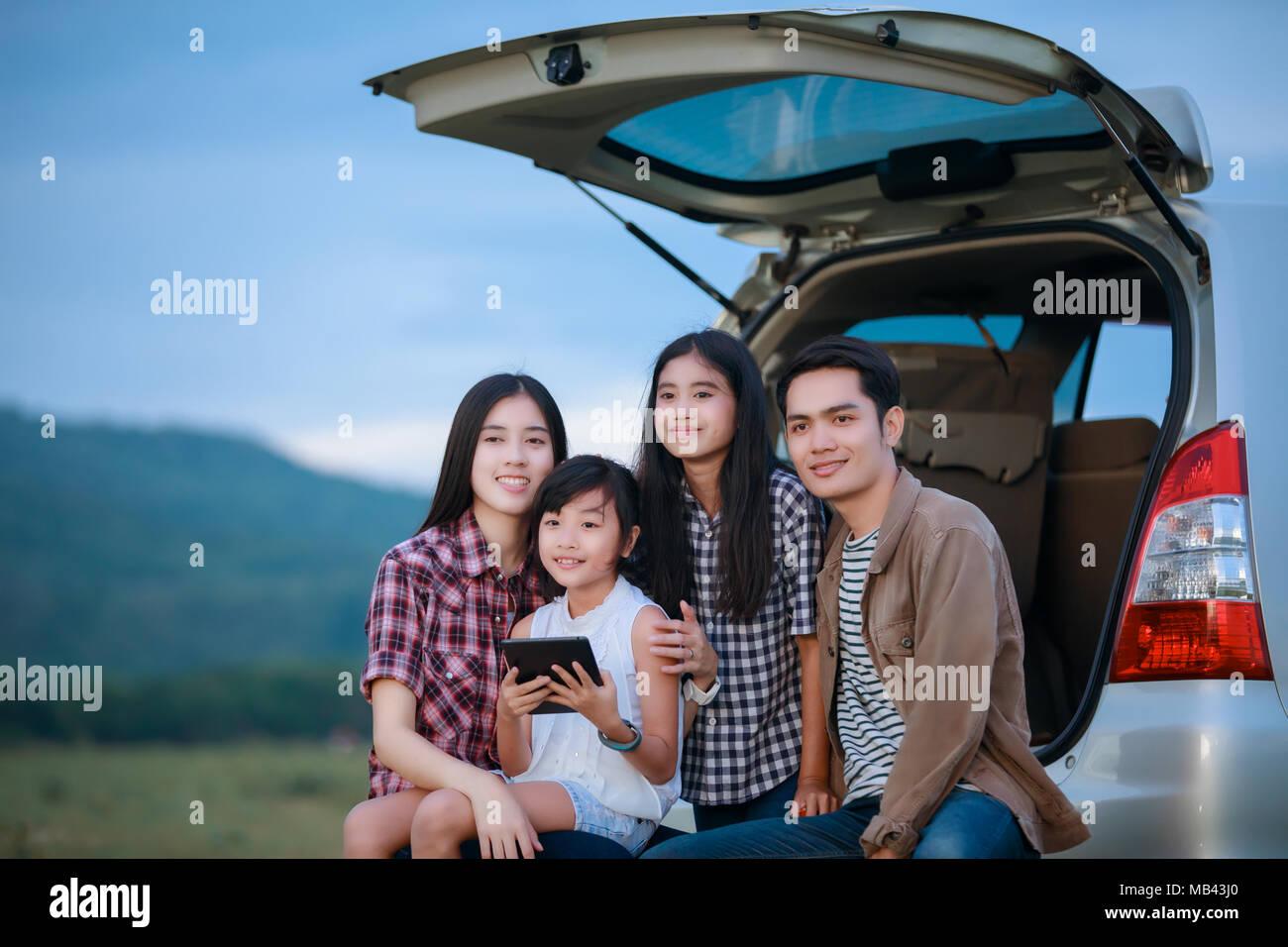 Glückliche kleine Mädchen mit asiatischen Familie im Auto sitzen für Reise und Urlaub im Wohnmobil Stockbild