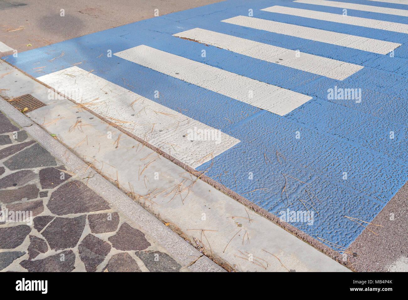 Hintergrund: Fußgängerüberweg,, die Menschen benutzen Straße sicher zu überqueren, nicht von Autos getroffen werden, Streifen in Weiß und Blau Zebra, auf dem schwarzen Asphalt gemalt, in Zentrum von Venezia, Italien Stockbild