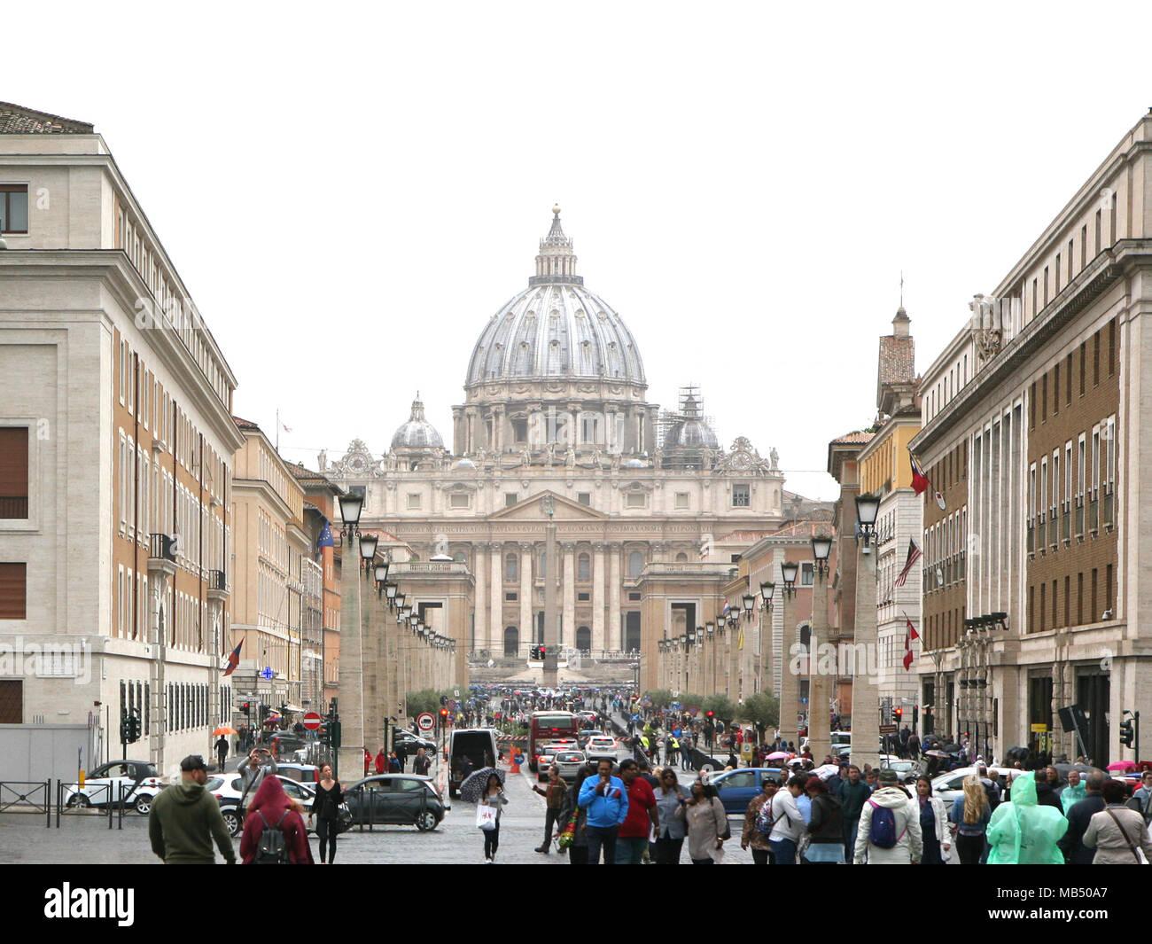 Strom von Menschen kommen und gehen, St. Peter, Rom, Italien Stockbild