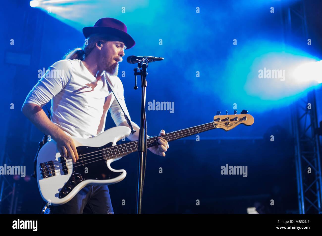 Die irische Alternative Rock Band gehen auf Autos live bei der 25 Blue Balls Festival in Luzern, Schweiz, Patrick Sheehy Stockbild