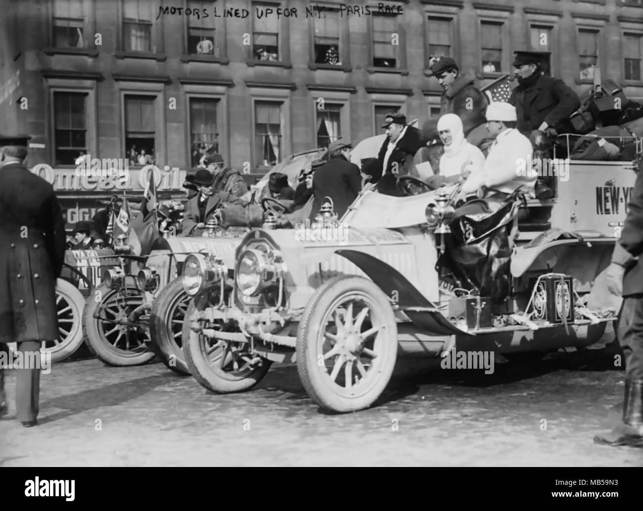 1908 von NEW YORK NACH PARIS AUTO RENNEN. Autos ausgerichtet werden, um an den Anfang im Times Square am 12. Februar mit einem De Dion-Bouton rechts Stockbild