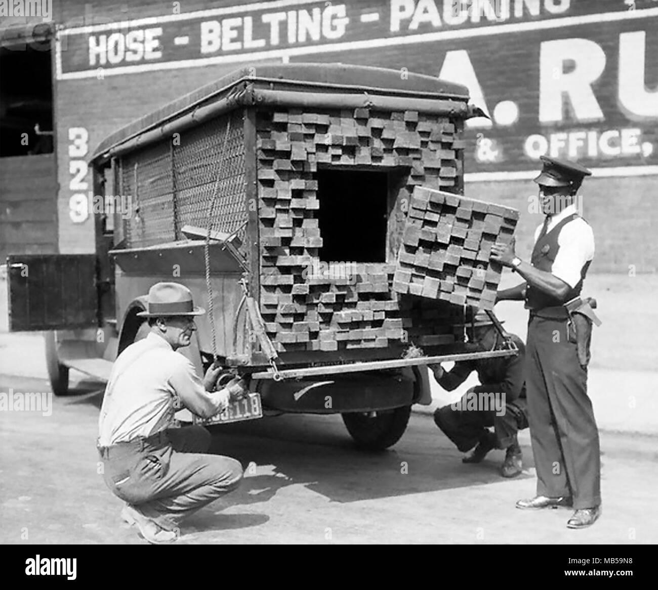 Verbot in Amerika ein bootleggern Lkw getarnt als die Hölzer wird durch Bundesmittel über 1925 beschlagnahmt Stockbild