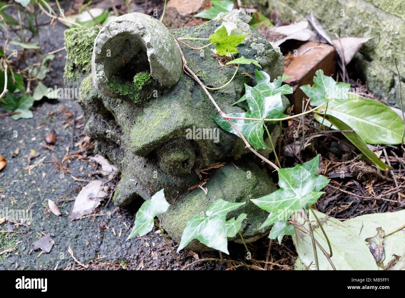 Der Gargoyle Kopf verlassen und im Garten vergessen Stockbild
