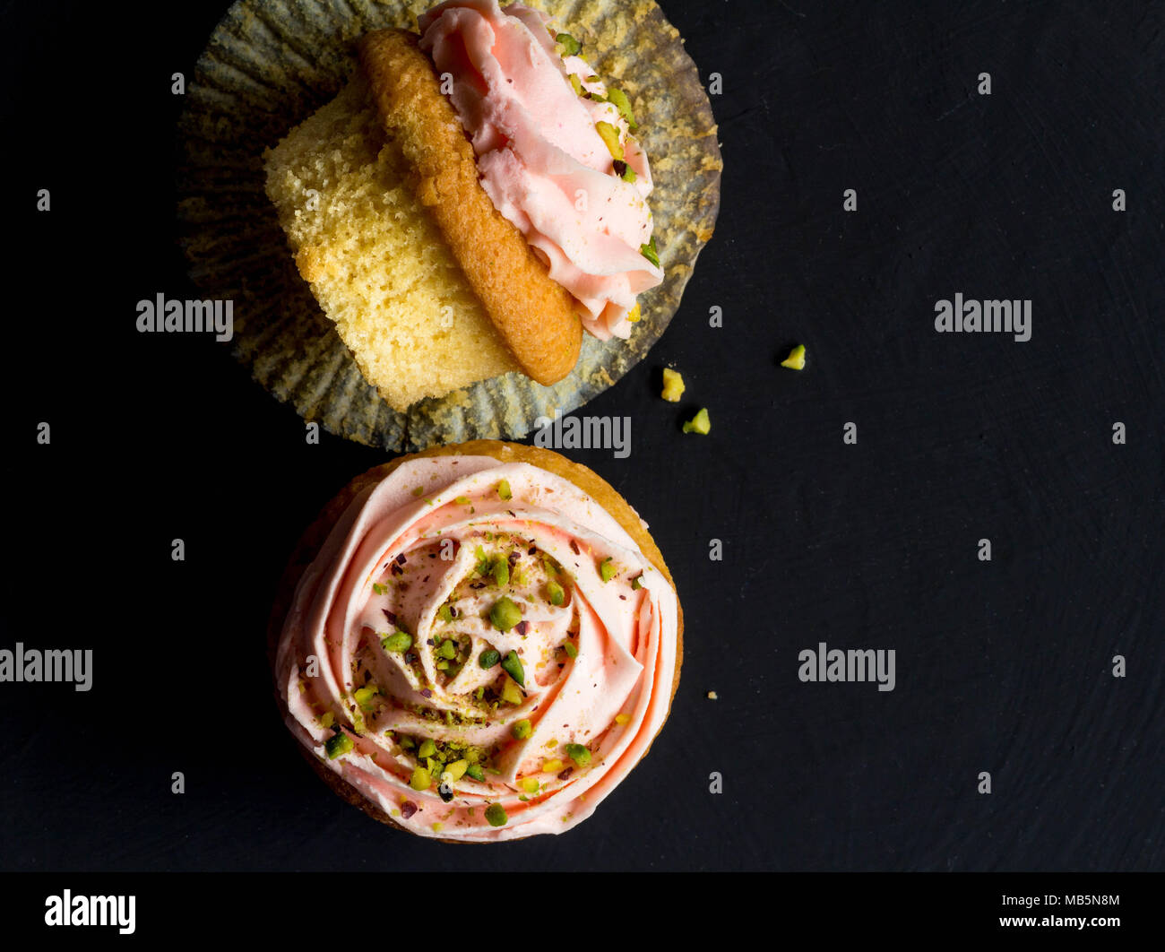 Cup Cakes top anzeigen Foto auf schwarzem Hintergrund. Stockbild