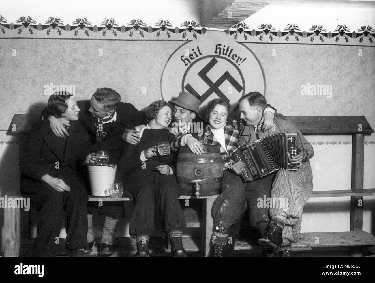 Gruppe Von Jungen Deutschen Trinken Bier Unter Heil Hitler Das
