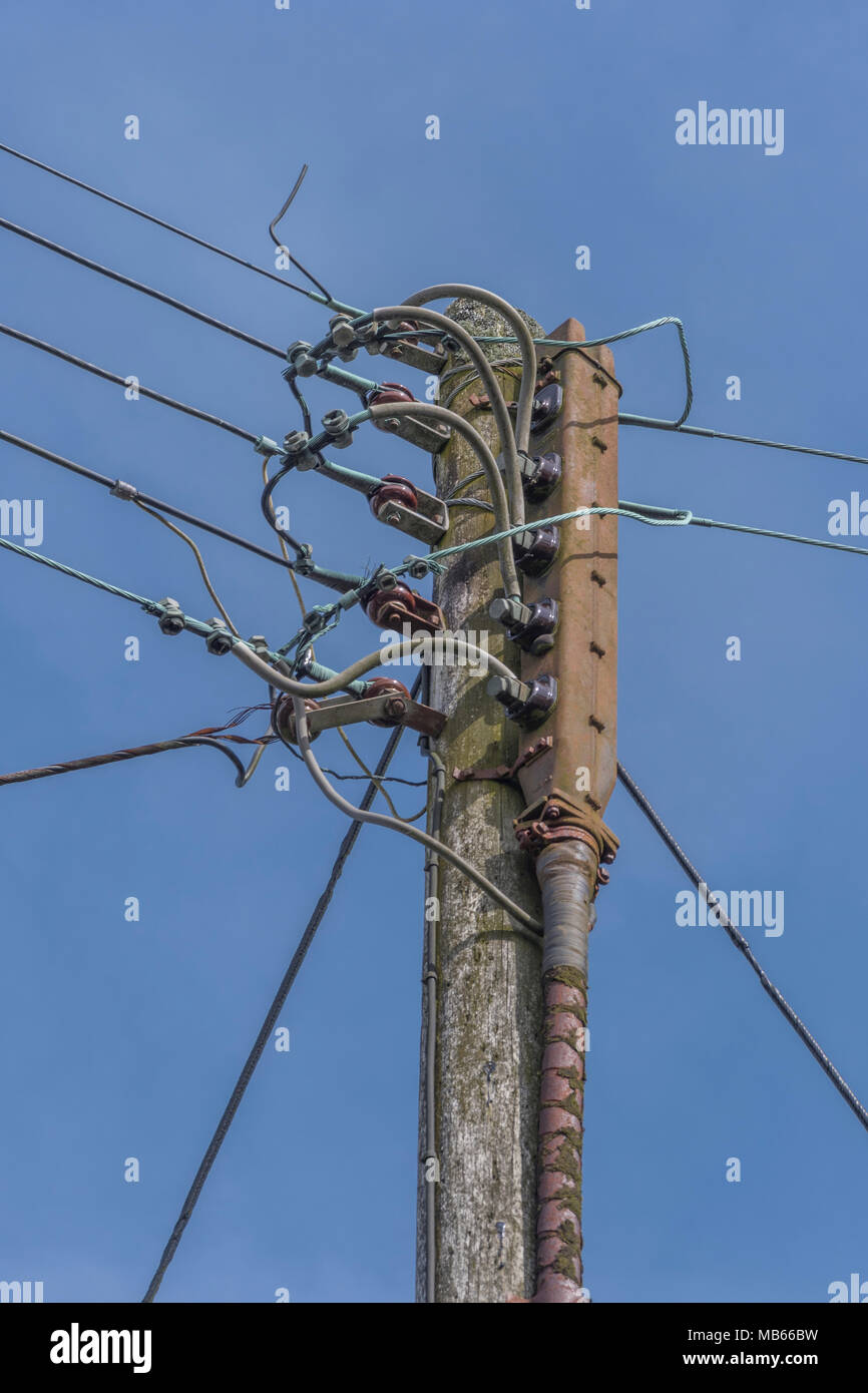 Lokale overhead Elektrizitätsnetz pole Häuser in Bodmin, Cornwall. Stockbild