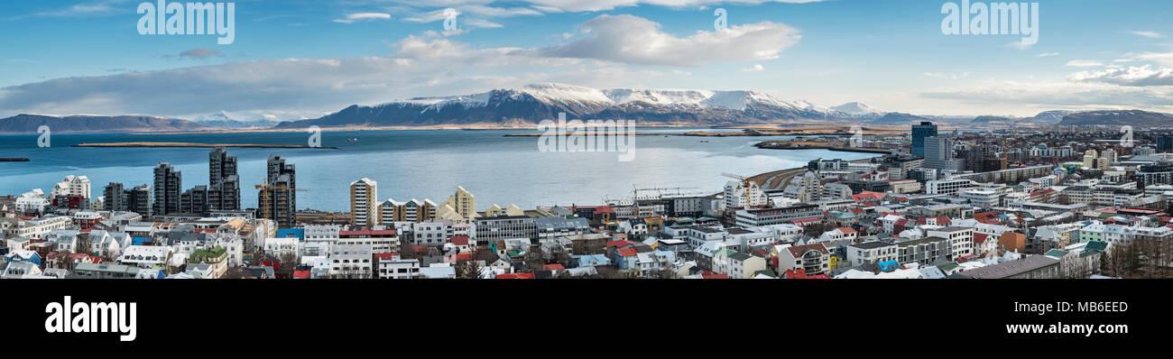 Reykjavik, Island. Panoramablick nordöstlich vom Turm der Kirche Hallgrimskirkja, über die Stadt auf den Hügeln über der Bucht von Hofsvik Stockbild