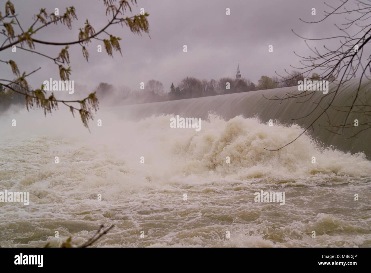 Schnelle Fluss Wasser mit Schaum und Nebel im Frühjahr Zeit gefallen. Stockbild