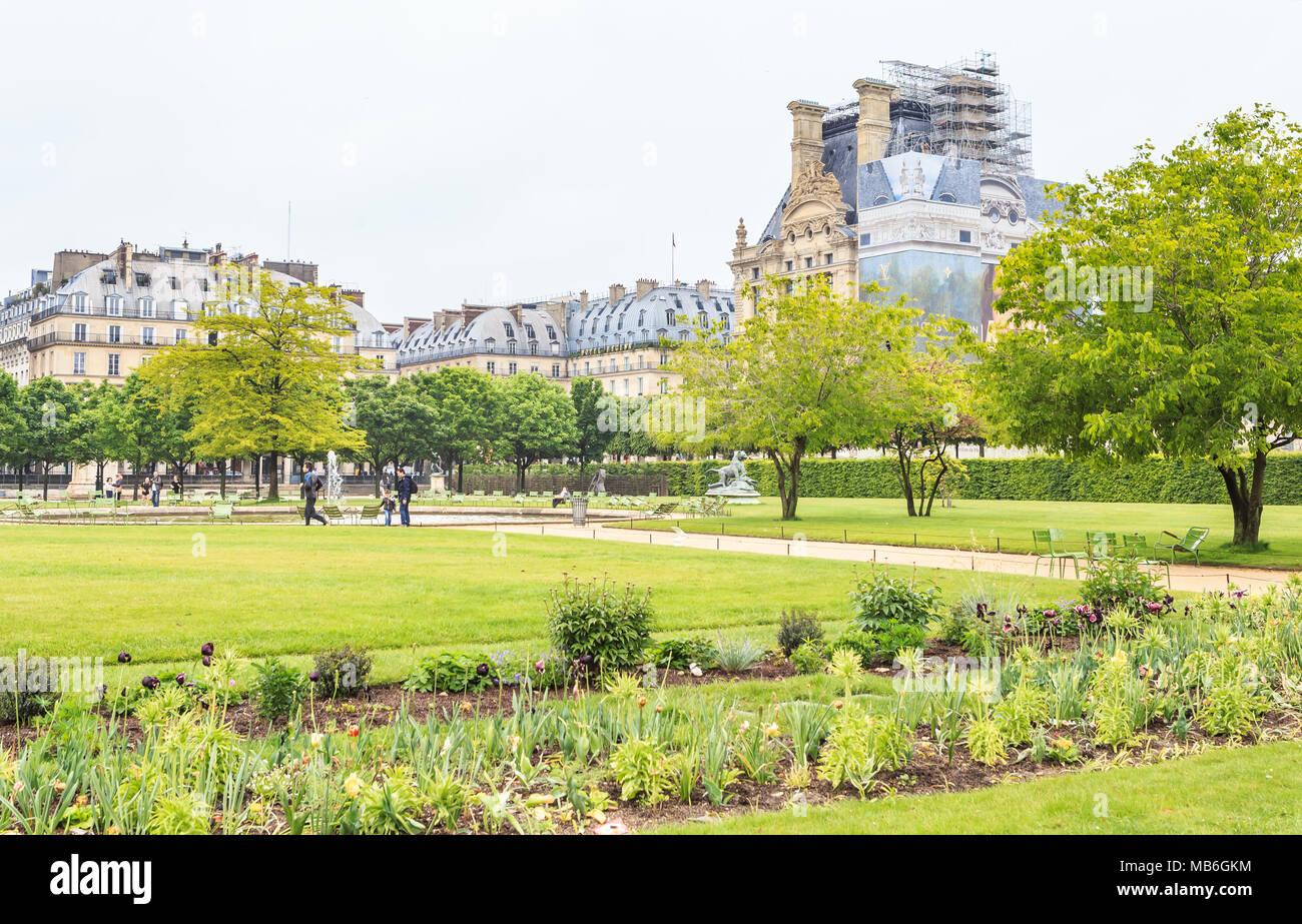 Im Jardin des Tuileries mit Musee du Louvre Frühling ...