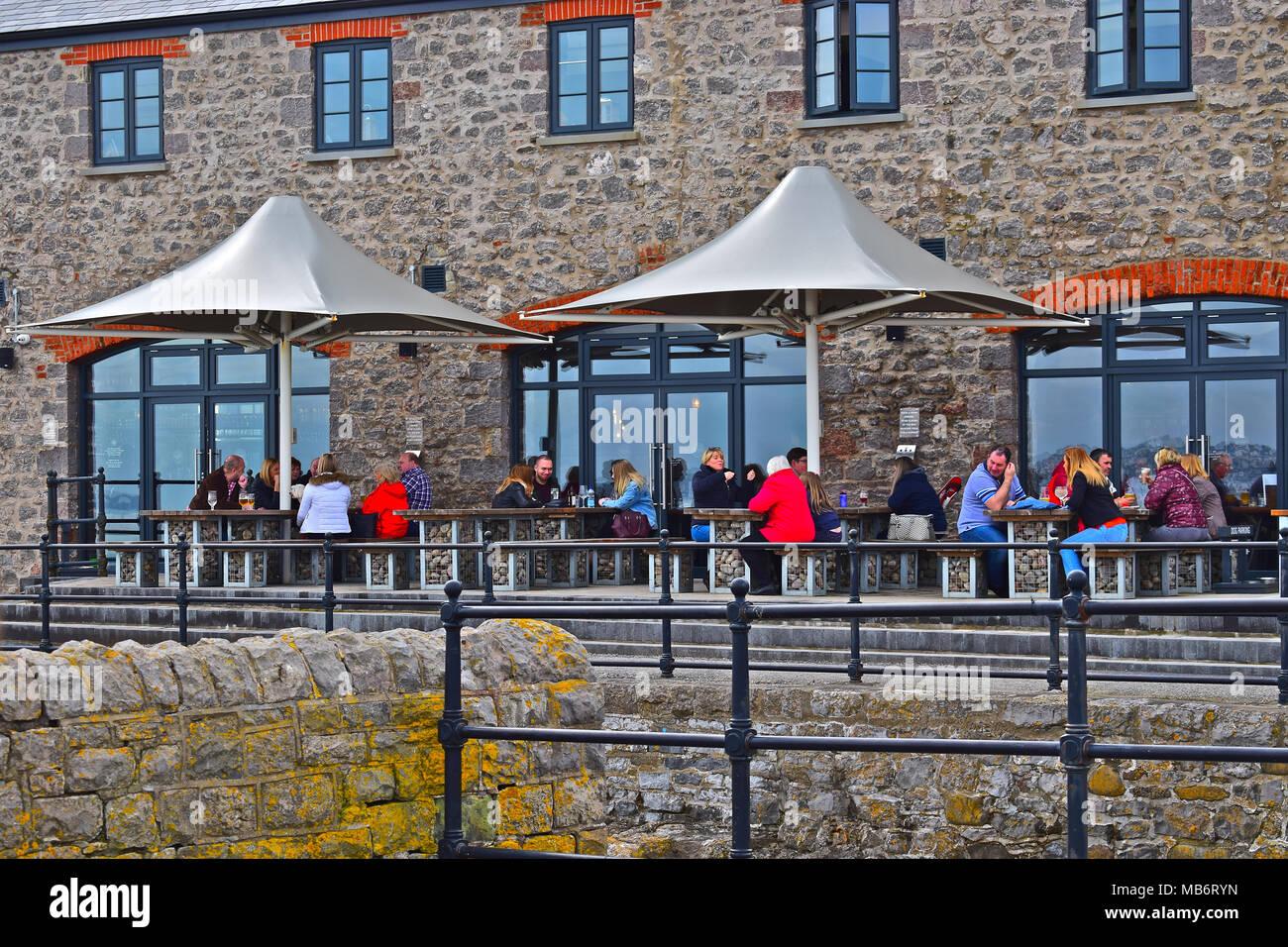 Menschen enjoyi entspannen mit einem Getränk außerhalb der Harbour ...