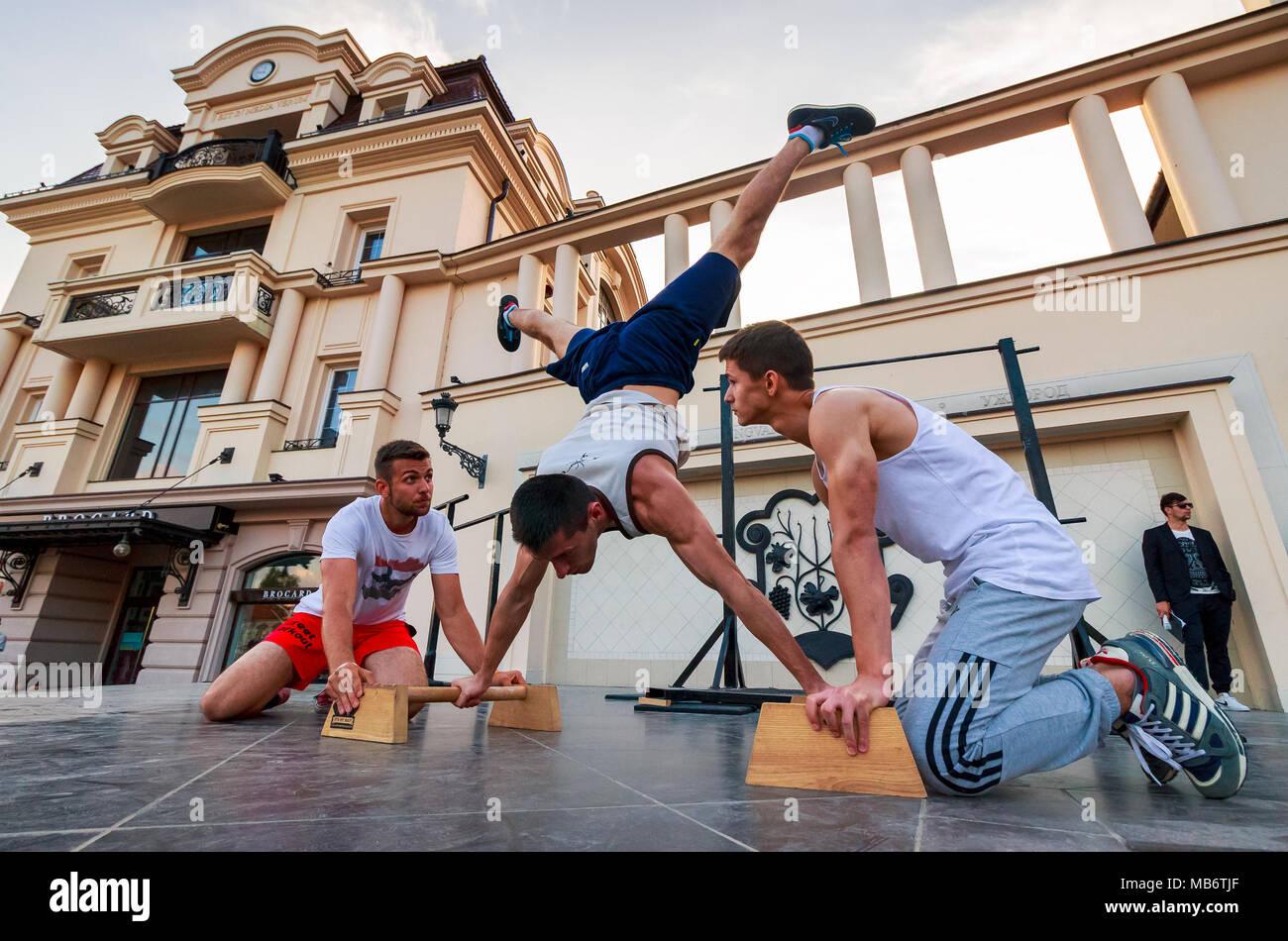 Uschhorod, Ukraine - May 10, 2016: Die Teilnehmer der Sport im freien Wettbewerb. Training Meisterschaft in Uzhgorod. Die jungen Männer zeigen ihre Fähigkeit auf dem Aren Stockbild