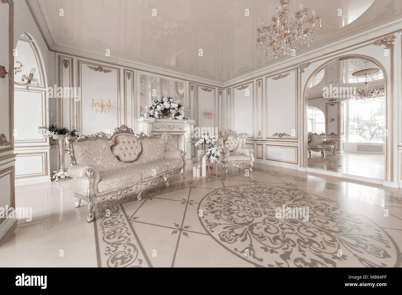 https://c8.alamy.com/compde/mb84pf/luxuriose-vintage-interieur-mit-kamin-in-der-aristokratischen-stil-grosse-fenster-und-spiegel-saulen-und-bogen-ornament-auf-der-glanzenden-fussboden-mb84pf.jpg