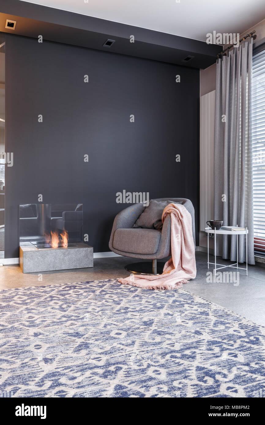 Dunkel und elegantes Wohnzimmer mit Kamin, gemütlicher ...