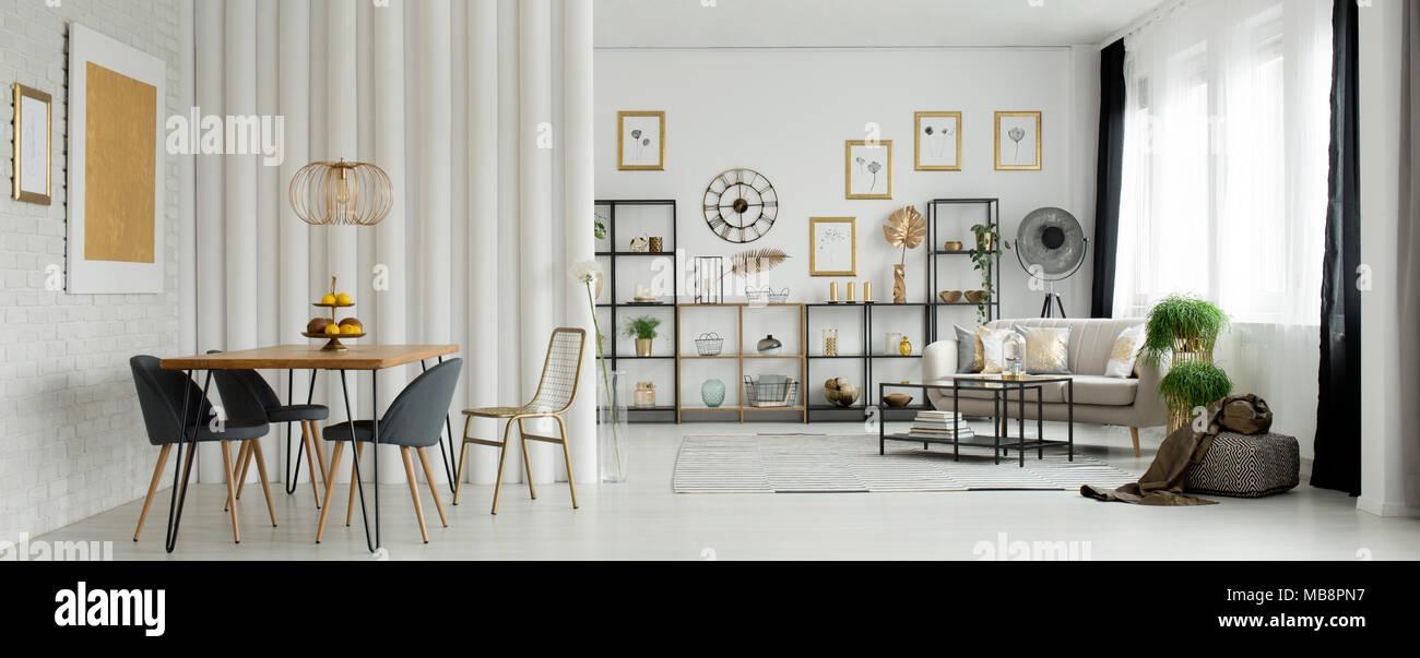 Gold Malerei auf einer weißen Wand im offenen Raum Wohnzimmer mit ...