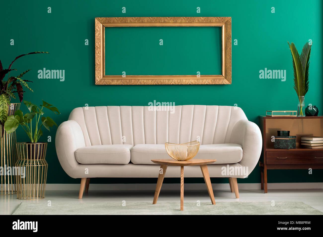 Holztisch Vor Beige Couch Gegen Grune Wand Mit Mockup In Wohnzimmer