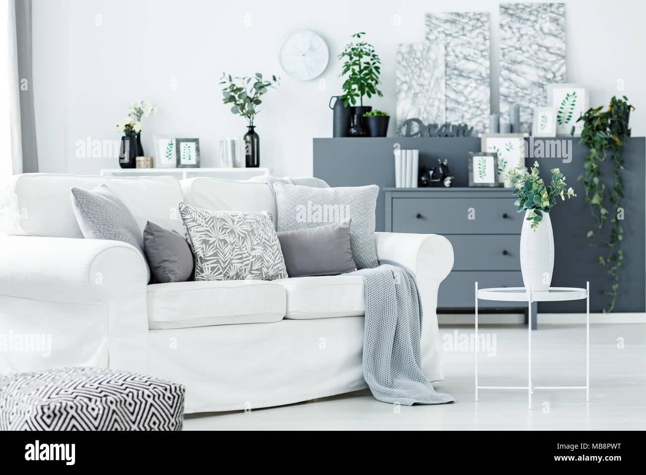 Gemutliche Entspannung In Einer Monochromatischen Wohnzimmer