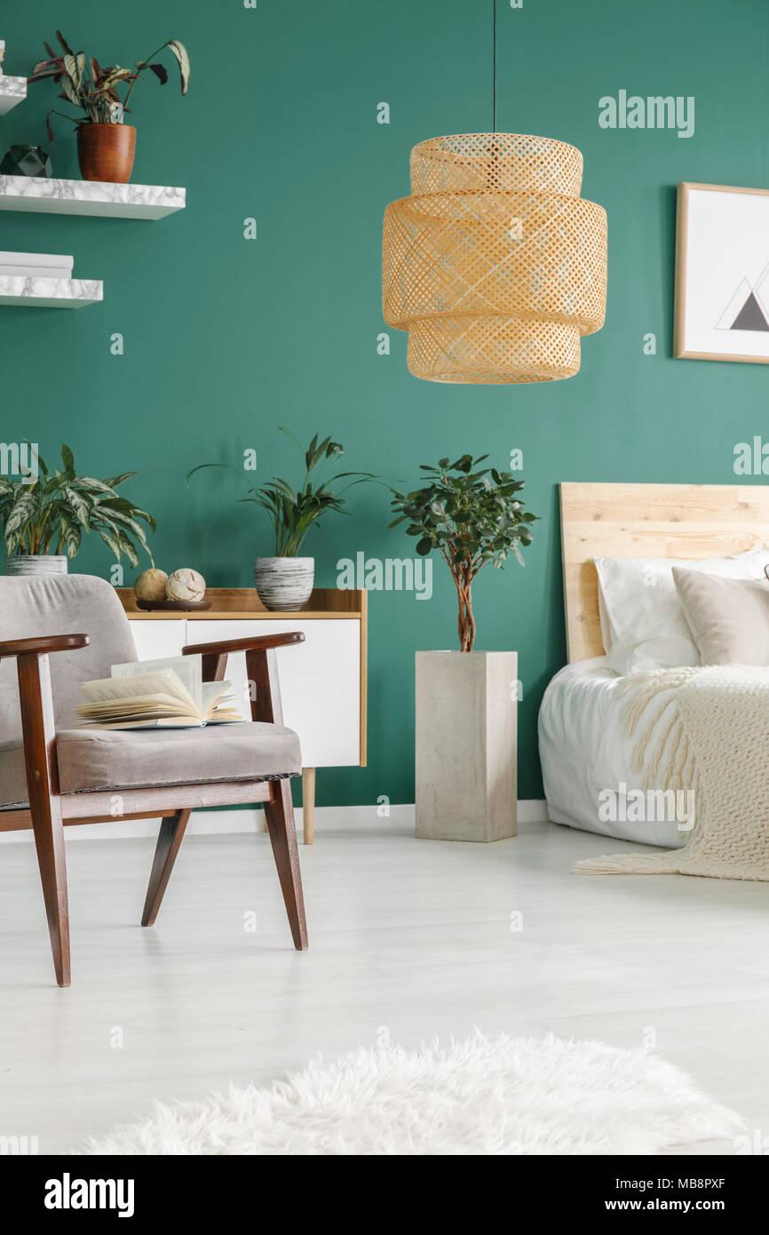 Rattan Lampe Grun Schlafzimmer Innenraum Mit Anlage Und Grauen Sessel In Der Nahe Von Bed Stockfotografie Alamy