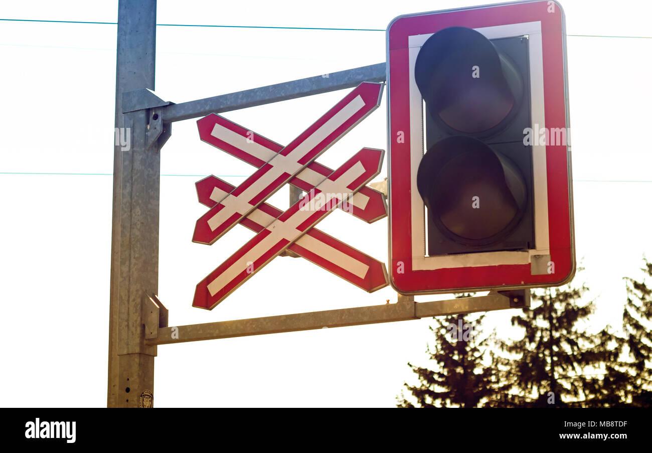 In der Nähe von train Bahnübergang Licht und Zeichen Stockbild