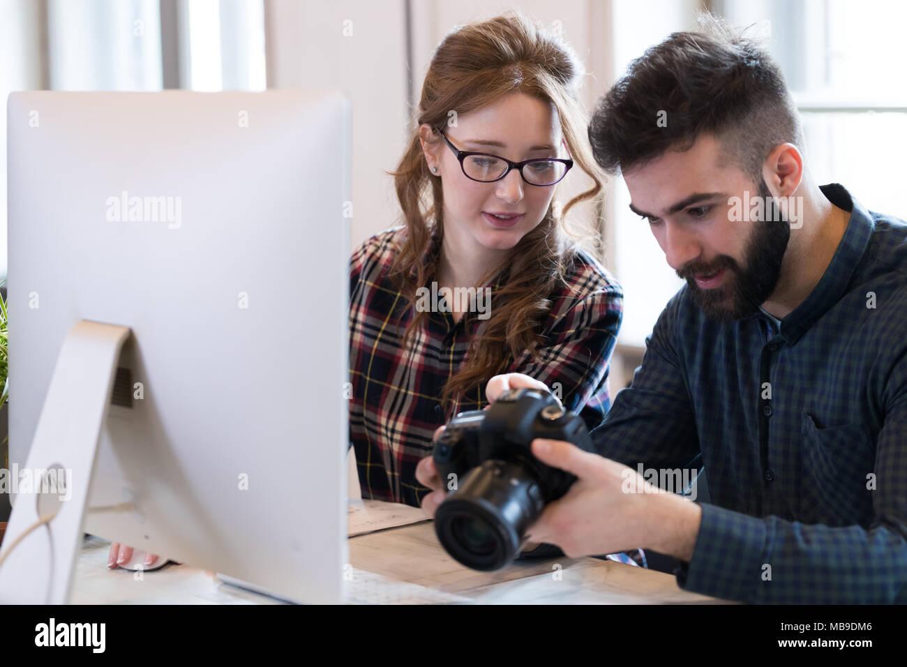 Zwei junge Designer in modernen Büro Stockbild