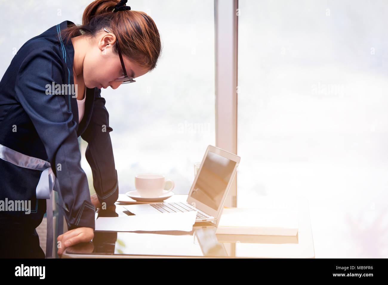 Asiatische Buro Frau Stehen Und Die Hand Auf Dem Schreibtisch Und