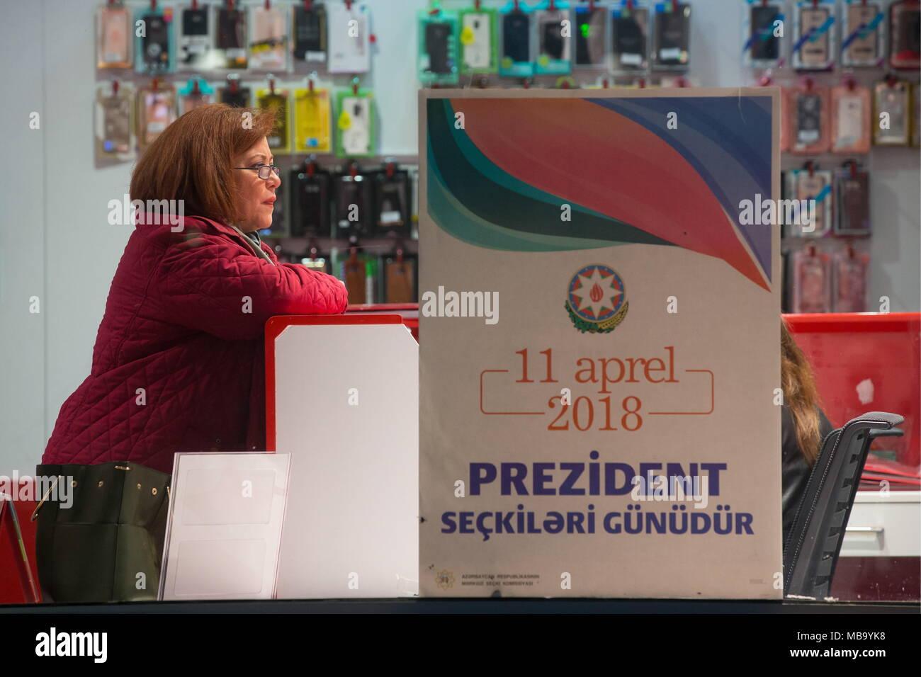 Baku, Aserbaidschan. 08 Apr, 2018. BAKU, Aserbaidschan - April 8, 2018: ein Schild mit einem Nachricht lesen' 11. April ist ein Tag der Präsidentschaftswahl' in einem Schaufenster; Aserbaidschan ist die Präsidentschaftswahlen vom 11. April 2018 zu halten. Yegor Aleyev/TASS Credit: ITAR-TASS News Agentur/Alamy leben Nachrichten Stockbild
