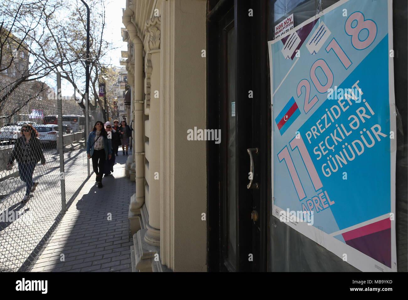 Baku, Aserbaidschan. 08 Apr, 2018. BAKU, Aserbaidschan - April 8, 2018: ein Schild mit einem Nachricht lesen' 11. April ist ein Tag der Präsidentschaftswahl'; ist Aserbaidschan Präsidentschaftswahlen vom 11. April 2018 zu halten. Yegor Aleyev/TASS Credit: ITAR-TASS News Agentur/Alamy leben Nachrichten Stockbild