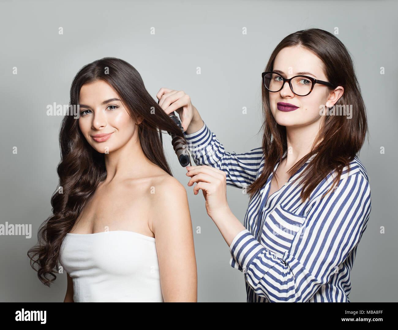 Friseur Oder Frisor Mit Lockenstab Fur Perfekte Locken Frisur Und