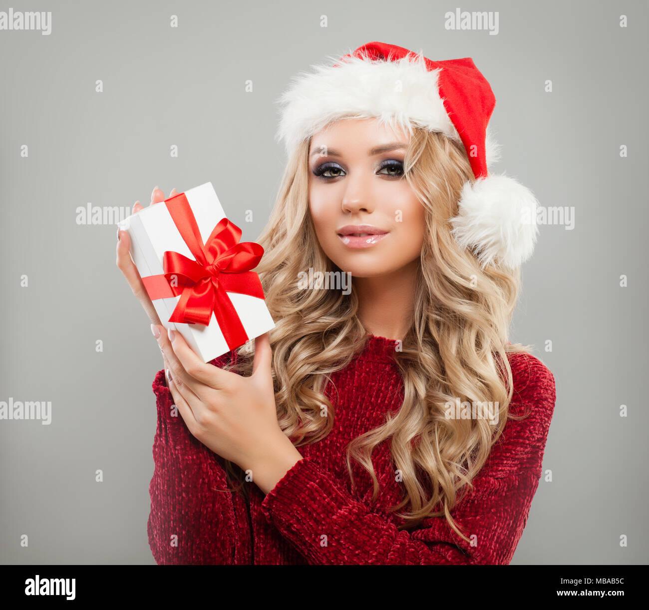 Süßes neues Jahr Frau mit Weihnachtsgeschenk auf grauem Hintergrund ...