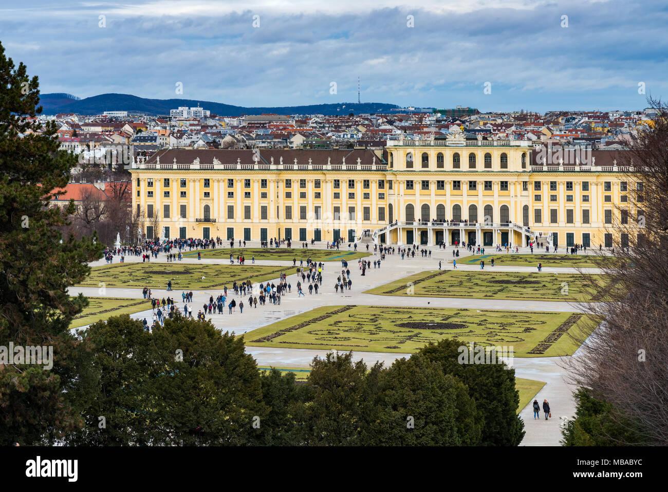Der Garten Park in Shonbrunn Palace (Wien) bereit für den Winter mit fehlenden Blumen und große Gruppen von Touristen zu Fuß Stockbild